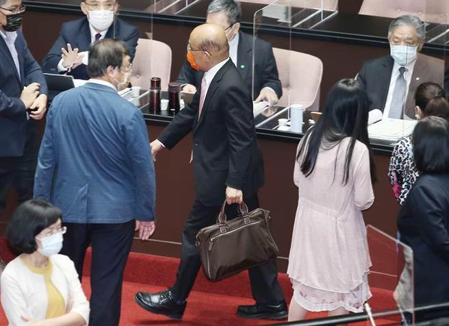 行政院長蘇貞昌17日前往立法院專案報告國籍航空機組員隔離「3+11」決策過程,遭遇國民黨立委舉標語並撕碎報告抗議,蘇拎起公事包離開議場。(姚志平攝)