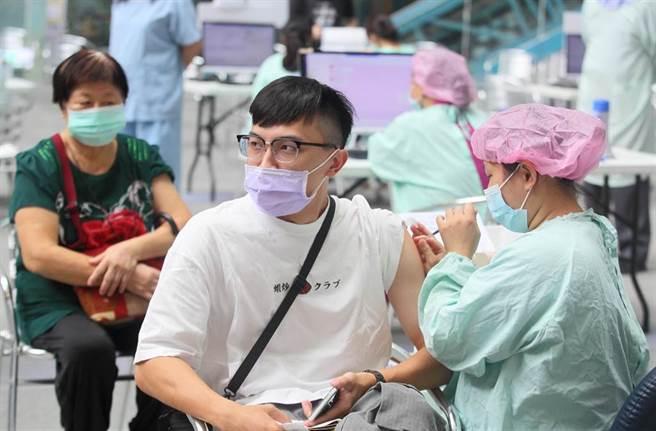 第8輪AZ疫苗開打第3天,民眾到台北市科教館接種站施打AZ疫苗,其中不乏年輕面孔。(張鎧乙攝)