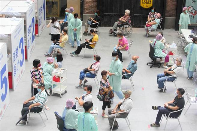 第8輪AZ疫苗開打第3天,民眾依序到台北市科教館接種站施打AZ疫苗。(張鎧乙攝)