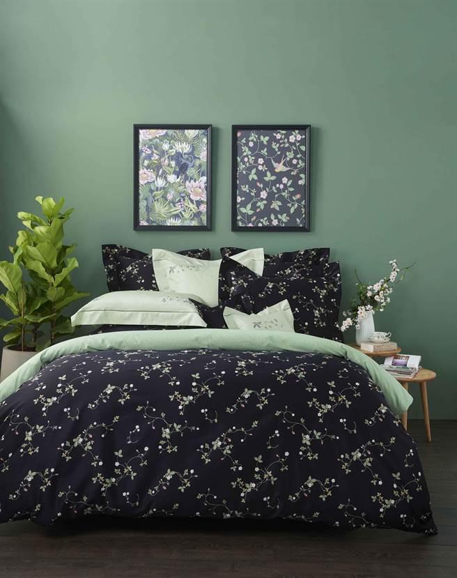 Wedgwood午夜野莓印花雙人四件式床組  ,3萬4800元。(Wedgwood提供)