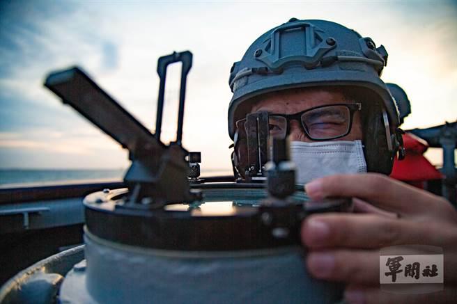 官兵操作方位圈觀測,確認目標方位。(軍聞社提供)