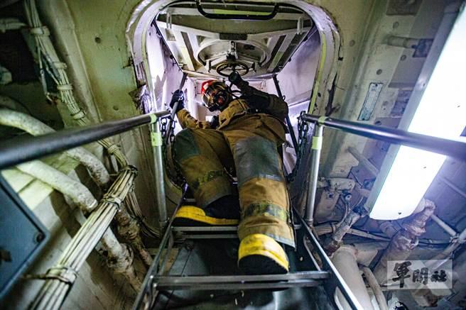 輪機組人員執行艙間失火模擬演練。(軍聞社提供)