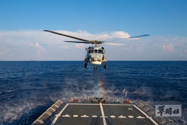 S-70C直升機進行起落艦操演課目,展現反潛能量。(軍聞社提供)