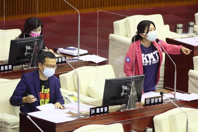 國民黨台北市議員游淑慧、羅智強,17日在台北市議會中,要求北市開放市民自費檢驗疫苗抗體。(張鎧乙攝)