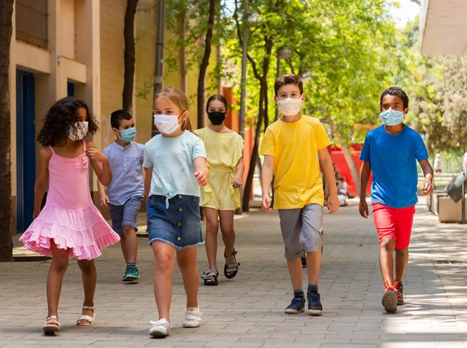 12歲以下兒童迄今沒有疫苗,加上Delta病毒來勢洶洶,各個先進國家紛紛祭出校園防疫措施,預防孩童染疫。(示意圖/shutterstock)