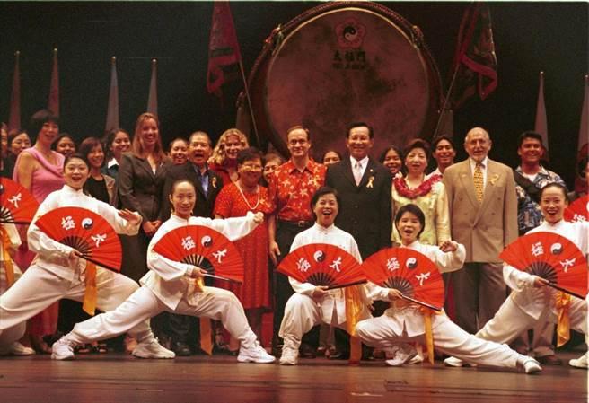 太極門曾在檀香山市夏威夷劇院舉行「遠古文化之夜」及祈福大典,發揚良心是愛的泉源理念。(太極門提供/盧金足台中傳真)