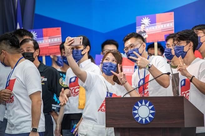 江啟臣登記參選,與會青年上前自拍。(圖/取自江啟臣臉書粉絲專頁)