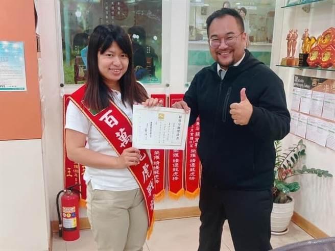 信義房屋永康店專案經理曾愛真(左)連續3年拿到全台南區成交件數第一名。(圖/信義房屋提供)