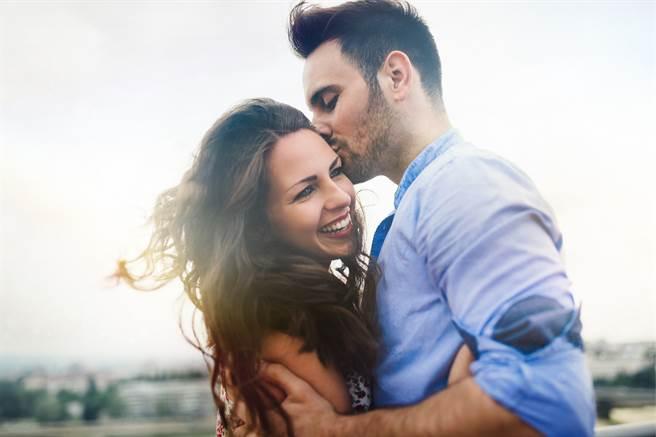 有些生肖男非常疼老婆,甚至幾乎離不開對方,可說是用情很深的好男人。(示意圖/達志影像)