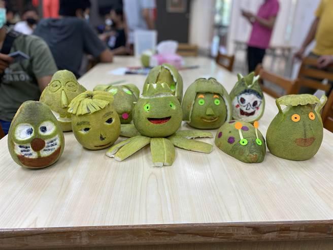 中華醫大外籍生獲贈麻豆文旦,發揮創意把文旦變身各種可愛造型。(曹婷婷攝)