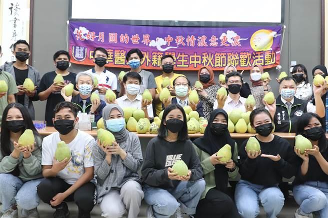 台南市驗光生公會捐贈中華醫大麻豆文旦。(曹婷婷攝)