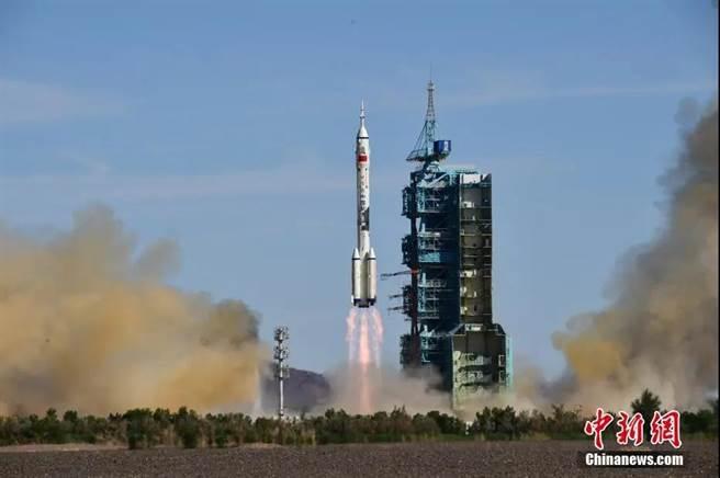 長征二號F遙十二運載火箭發射升空。(中新社)