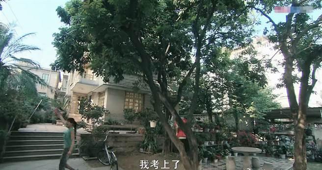 《一起來看流星雨》裡的貧寒少女楚雨蕁,開著200平的奶茶店,住著兩層小樓。(網路圖片)