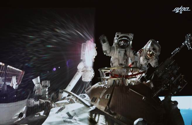 神舟十二號太空人完成第二次出艙活動全部既定任務,圖為聶海勝、劉伯明在出艙任務結束後揮手示意。(圖/新華社資料照)