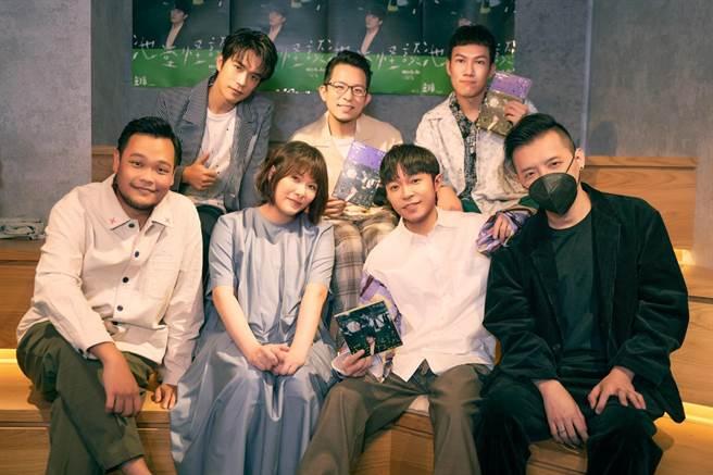 魚丁糸舉辦新專輯線上首聽會,邀來製作人陳君豪(右一)暢聊新歌。(環球音樂提供)