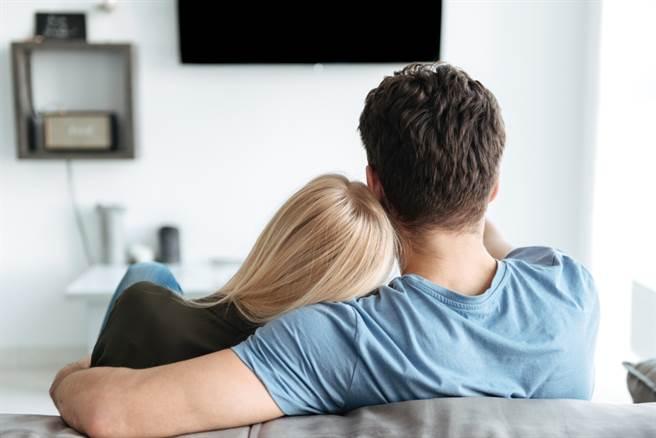 新北一名人夫發現妻子坐在小王腿上忘情擁吻10分鐘以上,憤而向小王提告求償。(示意圖/Shutterstock)