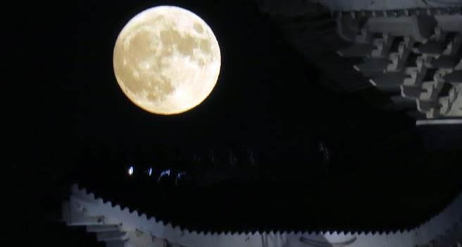 民俗專家廖大乙提醒,今年為極陰年,中秋節又正巧碰上921地震22周年,必須避免晚上外出行為。(圖/資料照、姚志平攝)