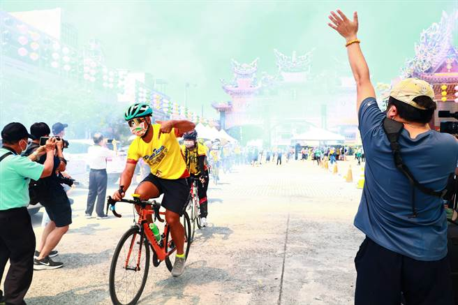 「屏東迎王環島騎福車隊」歷經7天挑戰後,17日凱旋歸來抵達屏東東港東隆宮,受到鄉親英雄式歡迎。(謝佳潾攝)