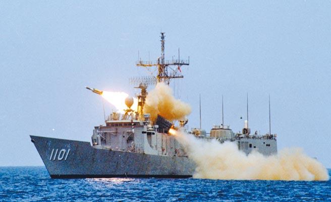 過去列在機密預算的雄二E巡弋飛彈,國防部預計自2022年量產,代表我國海空戰力已開始著重嚇阻攻勢。圖為雄風三型飛彈的試射影像。(中科院提供)