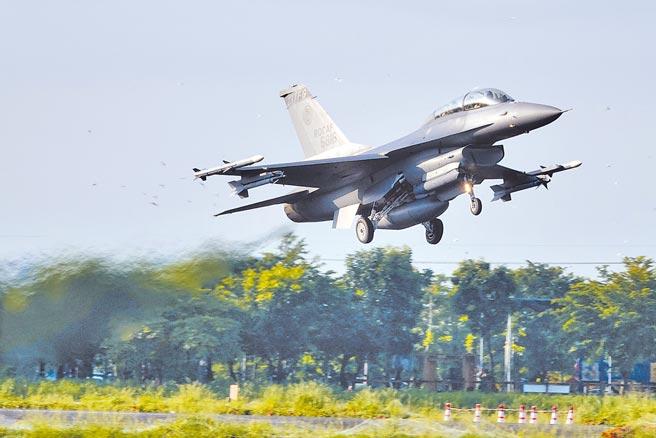 國防部2400億特別預算採購,也包括F-16V戰機。圖為漢光演習起飛中的F-16V。(黃子明攝)