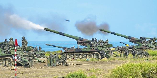 漢光37號實兵演練16日在屏東車城滿豐漁場,實施反登陸火砲射擊,陸軍以155榴砲、M109、M110自走砲打擊假想敵。(黃子明攝)