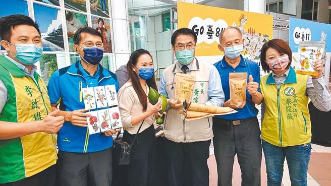 台南市長黃偉哲(右三)16日表示,市府今年首棟五倍券抽獎房屋位在永康區的市中心大樓,有3個房間,價值700多萬元。(程炳璋攝)