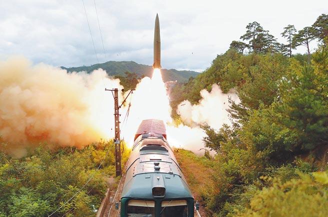 北韓政府16日宣布,朝鮮軍方15日成功試射鐵路機動彈道飛彈,精準命中在朝鮮半島東部800公里海域的目標。(朝中社)