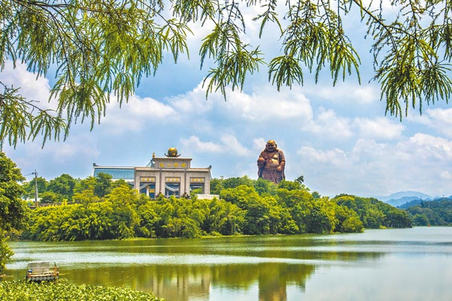 新竹縣峨眉鄉有風景優美的峨眉湖,獲選2021「台灣經典小鎮3.0」,原可獲600萬元補助經費,觀光局又以「移緩濟急」取消。(羅浚濱攝)
