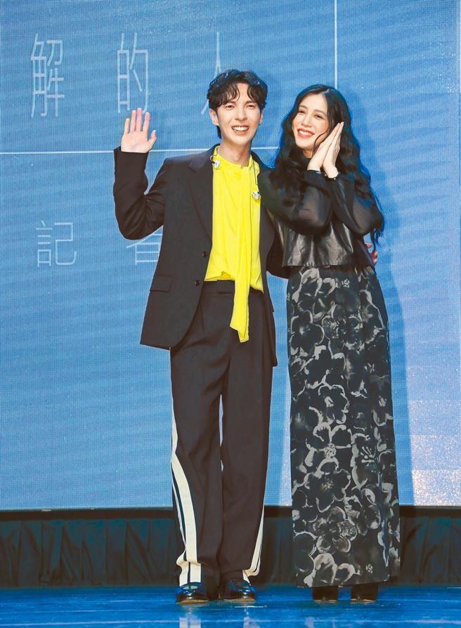 陳勢安(左)昨舉辦新專輯慶功記者會,邀來劉奕兒到場力挺。(羅永銘攝)