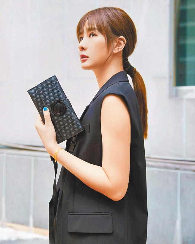 安心亞以帥氣褲裝搭M_Gram 4810系列UltraBlack手拿包,展現俐落幹練的一面。(Montblanc提供)