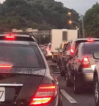 人都跑出來了!國5清晨「紫爆」 南港系統龜速10公里
