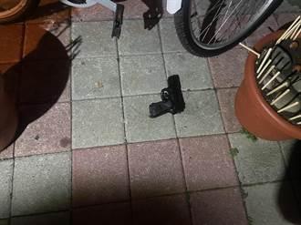 見笑轉生氣 女友見他摸閨蜜 他持刀槍追砍掉彈匣落網