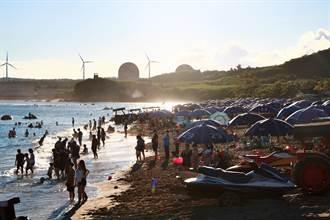 墾丁南灣沙灘出現「脫罩人」 墾管處籲:上岸一定要戴口罩