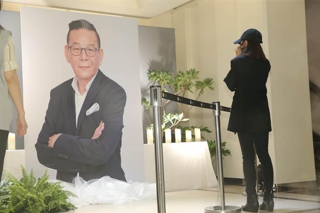 賈靜雯在龍劭華的相片前雙手合十致意。(圖/羅永銘攝)