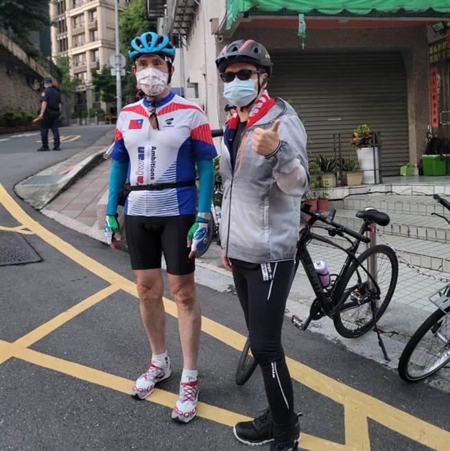 羅智強和馬英九一起騎車去淡水,圖為出發照。(取自羅智強臉書)