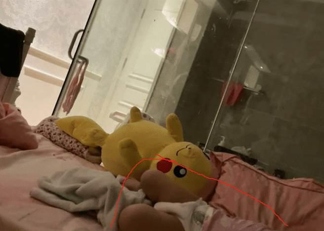 小王直播過程中還拍到床上有一名包著尿布的孩子。(圖/翻攝自網易)