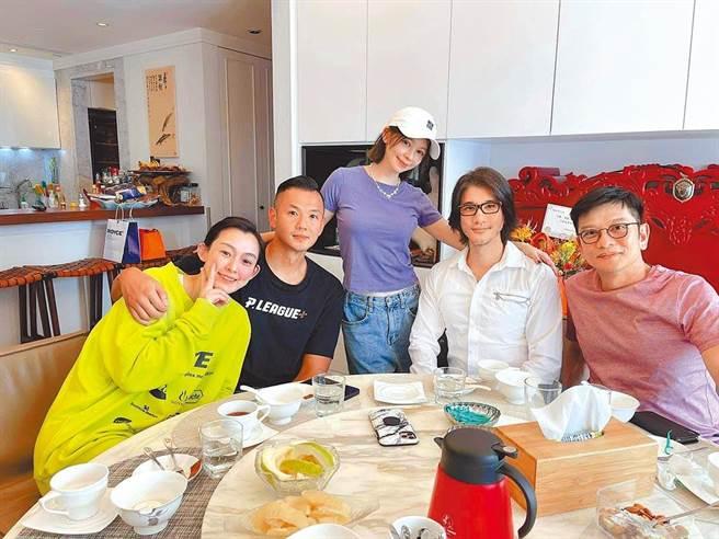 王力宏(右二)出關與范瑋琪(左起)、黑人、徐若瑄和陳子鴻聚餐,卻違反自主健康管理規範遭到抨擊。(摘自IG)