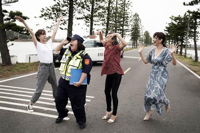 鍾欣凌飾演警察。華視提供