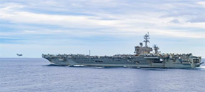 專家指出,美軍核動力船艦每年作為燃料使用的武器級濃縮鈾,足以用來製造100枚核彈。圖為美海軍「卡爾文森號」航艦。(圖/美國海軍)