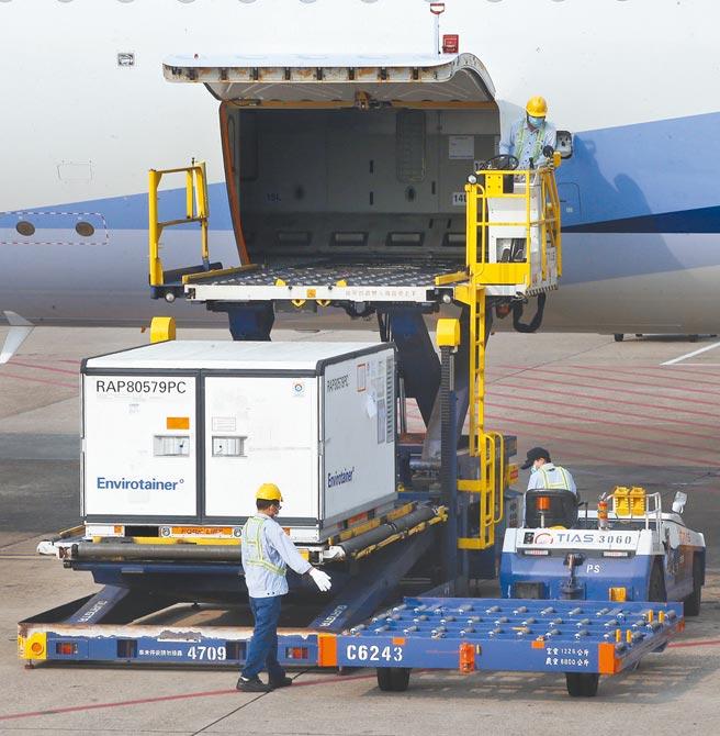 我方自購的64萬劑AZ疫苗由班號CI834的華航班機載運,從泰國曼谷出發後,17日下午15時25分抵達桃園機場,班機落地停靠機坪後,待機艙內外消毒完畢,地勤人員立刻從機艙卸下裝載疫苗的冷凍貨櫃。(范揚光攝)