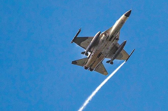 「漢光37號演習」昨天落幕,IDF戰機於台中清泉崗進行連續反擊操演,展現捍衛國土領空的決心。(軍聞社)