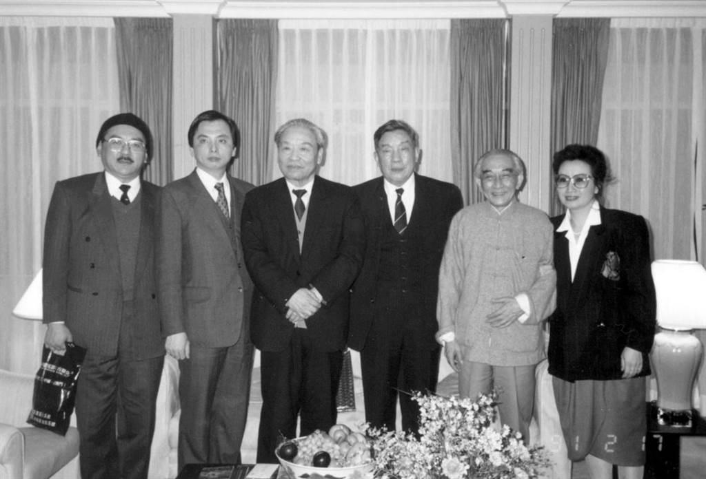 1991年2月17日蘇志誠(左二),鄭淑敏(右一)與中共中央台辦主任楊斯德(左三),政協常委賈亦斌(右三)及尹衍樑(左一),南懷瑾(右二)影於香港。(魏承思提供/中時報系檔案照)