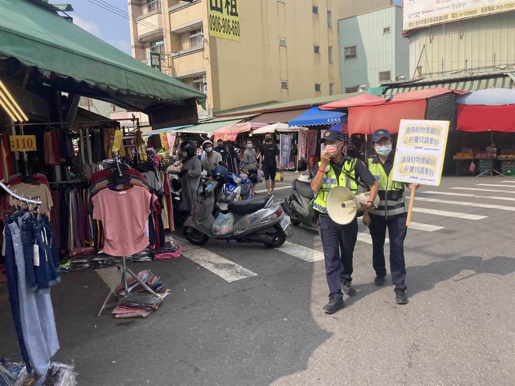 台中潭子傳統市場發生女童遭陌生男偷抱案,警方正循線追緝涉案男子,並加強舉牌宣導。(大雅分局提供/王文吉台中傳真)