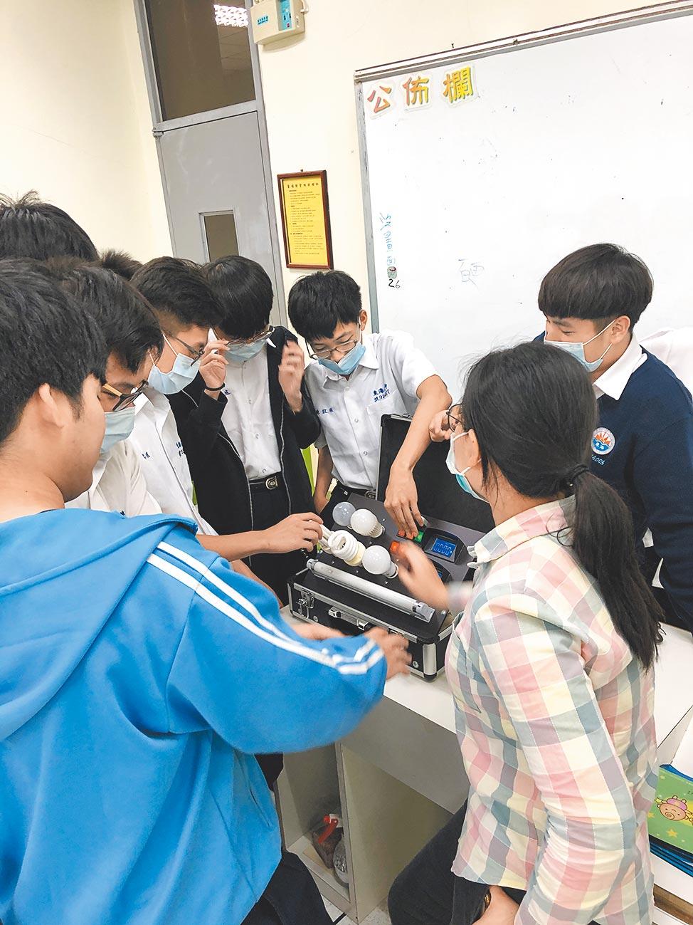 東海高中辦理青年節電大使課程培訓,介紹如何選擇合適的燈具,提供不同的節電技巧。(新北市政府環境保護局提供)