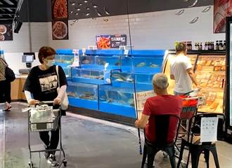 老伯在超市魚缸悠哉釣魚 網嗨喊:幹了我最想幹的事