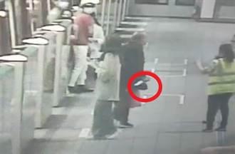 直擊北捷現場 捷運車廂乘客奪門而出 持刀黑衣男月台追著人跑