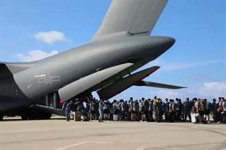 中國運20運輸機首次降落南沙島礁 展示南海快速反應能力