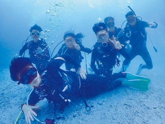 潛艇賽耗體力 需背氧氣筒潛水踩螺旋