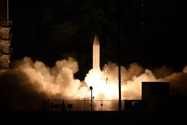 專家指出,組織轉型不能只靠裝備升級,呼籲美陸軍進一步發展新作戰概念與準則。圖為美軍試射極音速武器原型。(圖/DVIDS)