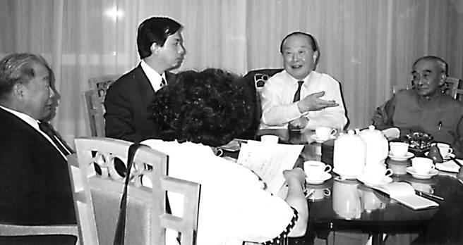 1991年6月16日前總統府秘書室主任蘇志誠(左二),鄭淑敏(背對鏡頭)在香港香格里拉酒店與大陸對台重要決策人士汪道涵(右二)前中共中央台辦主任楊斯德(左一)及南懷瑾(右一)開秘書談判。(魏承思提供)